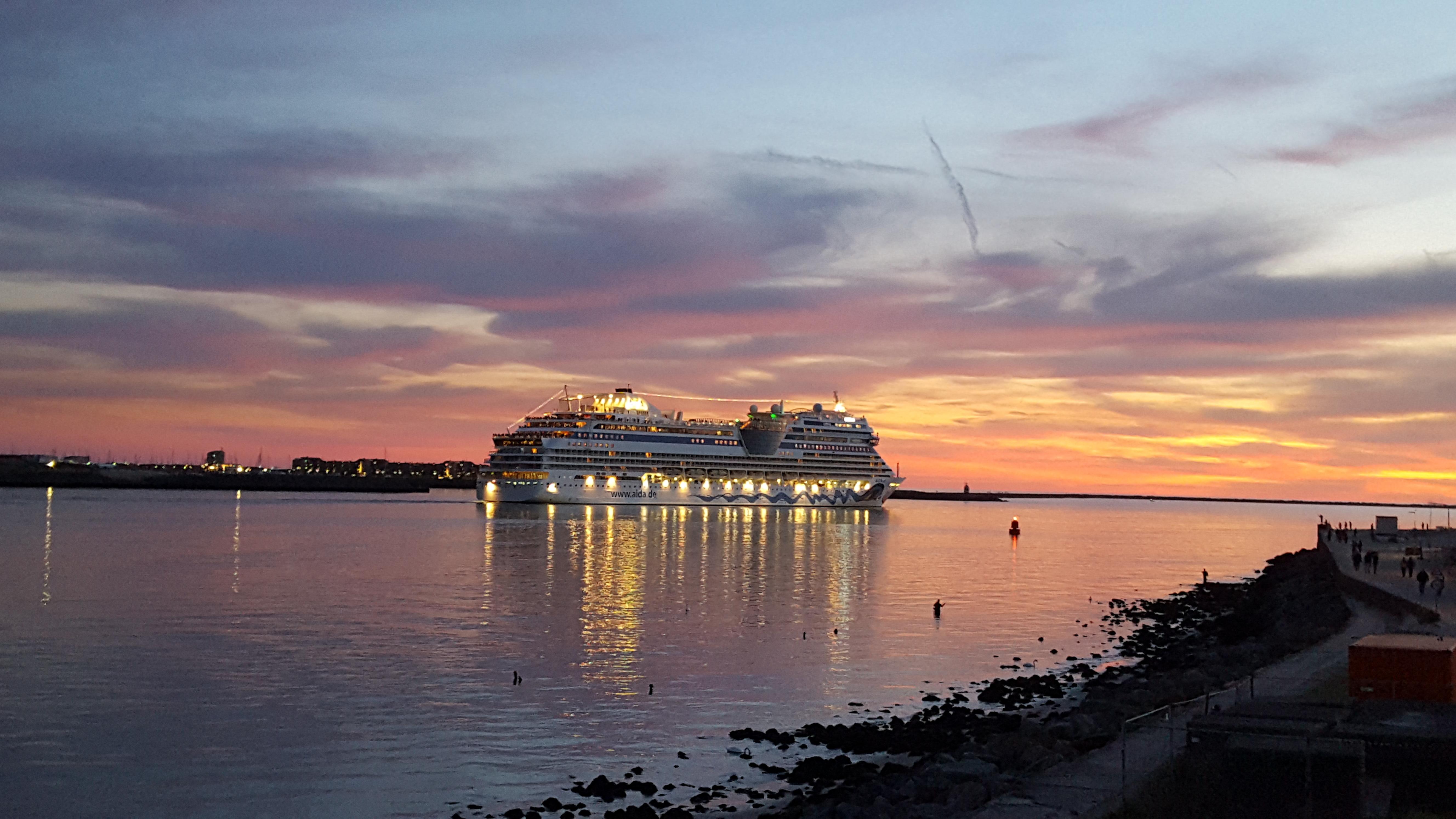 cruiseschip-boot-uitzwaaien-zonsondergang-noordpier